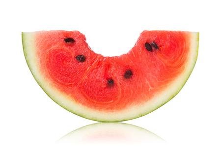 Schijfjes van watermeloen met beetteken op een witte achtergrond.