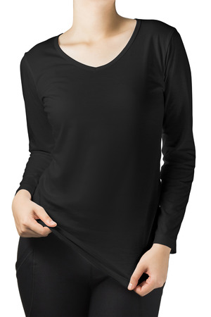 camisas: cuerpo de la mujer en una manga larga camiseta negro aislado sobre fondo blanco.
