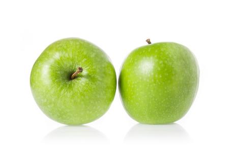 jugo de frutas: manzanas verdes enteras aisladas sobre fondo blanco. Foto de archivo