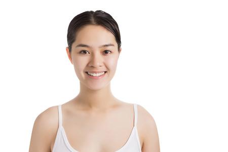 웃는 얼굴과 흰색 배경에 고립 된 화장 젊은 아시아 여자.