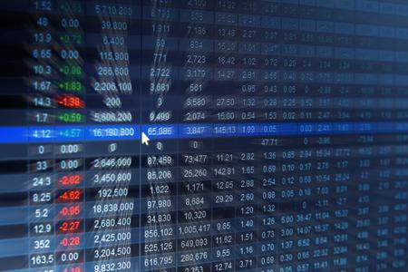 財務データ - 画面で、抽象的な背景をぼかした写真の証券取引所です。