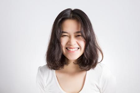 웃는 얼굴을 가진 젊은 아시아 여자.