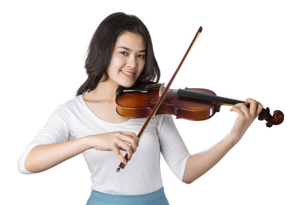 젊은 아시아 여자 재생 바이올린 흰색 배경에 고립입니다.