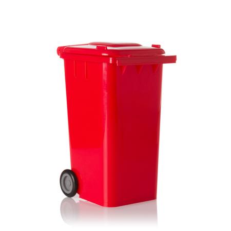 botes de basura: Cubo de plástico rojo aislado sobre fondo blanco.