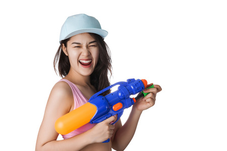 mujer con arma: La mujer asiática joven que sostiene el arma de agua de plástico en el festival de Songkran, Tailandia. Foto de archivo