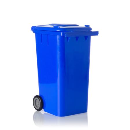 papelera de reciclaje: Recipiente de plástico azul aislado sobre fondo blanco. Foto de archivo