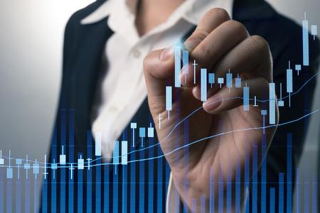 사업가 쓰기가 화면에 무역 주식 시장 그래프를 분석합니다. 스톡 콘텐츠