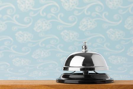 campanas: La alarma en el tablero de madera con fondo azul. Foto de archivo