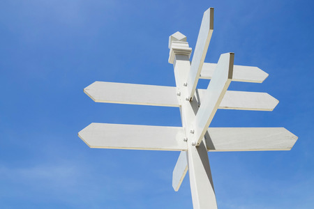 blank wooden road sign post in blue sky background. Banque d'images