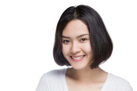 흰색 배경에 고립 웃는 얼굴을 가진 젊은 아시아 여자.