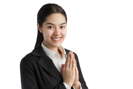 Mujer de negocios saludo con la cultura tailandesa de Sawasdee, la expresión agradable aislado en el fondo blanco.