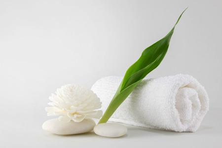Ręcznik Spa ozdobione zielonym handmade odejść, kwiat i białego kamienia Zdjęcie Seryjne