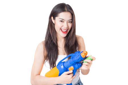 Jonge gelukkige schoonheid Aziatische vrouw met plastic waterpistool bij Songkran festival, Thailand. Geïsoleerd op een witte achtergrond.