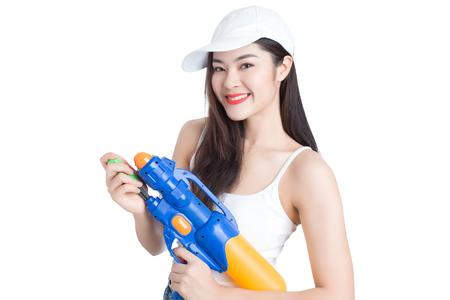 송크란 축제, 태국에서 플라스틱 물 총을 들고 젊은 행복 아름다움 아시아 여자. 흰색 배경에 고립. 스톡 콘텐츠