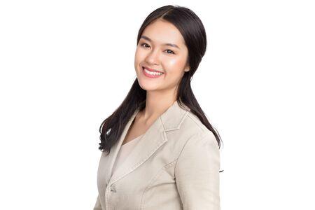 Mujer asiática feliz sana de la belleza joven con la cara sonriente aislada en el fondo blanco.