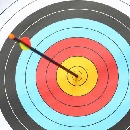 diligente: Arrow golpear anillo objetivo en objetivo de tiro con arco