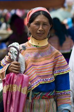 Bac Ha, Vietnam en 29 mei: Unidentified flower Hmong inheemse vrouw in Bac Ha, Vietnam op 29 mei, 2011.Flower Hmong stammen is een van de minderheid stammen in Sapa, Vietnam.
