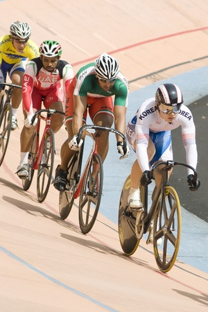 keirin: KUALA LUMPUR-FEB 11: Riders provenienti da vari paesi asiatici partecipare alla manifestazione pista durante l'Asian Cycling Championships 2012 al Velodromo di Kuala Lumpur, Malaysia il 11 Febbraio 2012