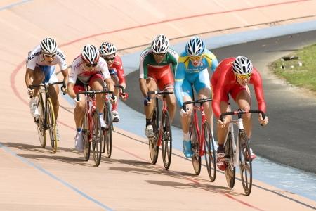 keirin: KUALA LUMPUR-11 febbraio: Riders provenienti da vari paesi asiatici partecipare alla manifestazione pista durante le Asian Cycling Championships 2012 al Velodromo di Kuala Lumpur, Malesia il 11 febbraio, 2012 Editoriali