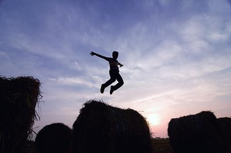 silhouet van de mens springen in zonsondergang