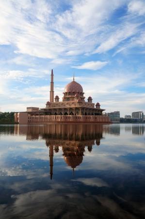 Putra moskee (of Masjid) in bij het meer in Putrajaya, Maleisië. Stockfoto