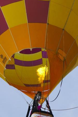 PUTRAJAYA, Maleisië - 31 maart: Bemanning ontploffing vlam van de brander in de Australia ballon tijdens 5 Putrajaya hete lucht ballon Fiesta op 31 maart 2013 Putrajaya, Maleisië. Rond 20 ballonvaarders werden uitgenodigd om deel te nemen en ze komen uit alle hoeken van de