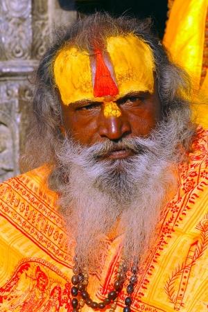 KATHMANDU, NEPAL - 24 maart: Een onbekend sadhu bij Pashupatinath Tempel in Katmandu, Nepal op 24 maart 2013. Sadhu verwijzen naar heilige man die ervoor gekozen hebben om wijdde zijn leven op hun eigen spirituele praktijk.