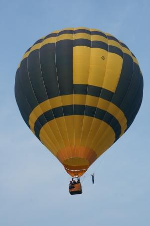 PUTRAJAYA, Maleisië - 31 maart: Een hete luchtballon van Nederland tijdens de vlucht op 5 Putrajaya International hete lucht ballon Fiesta Op 31 maart 2013 in Putrajaya, Maleisië