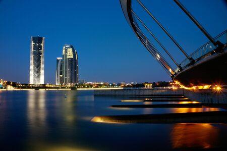 Het beeld van de bouw naast Putrajaya meer tijdens zonsondergang