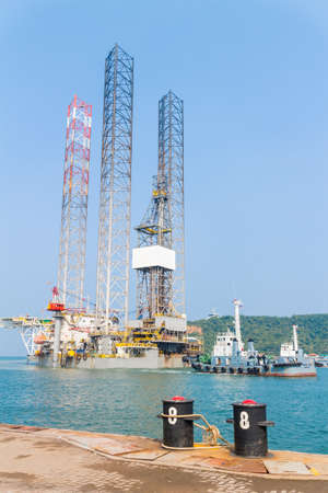 come up to: jack up rig come in shipyard