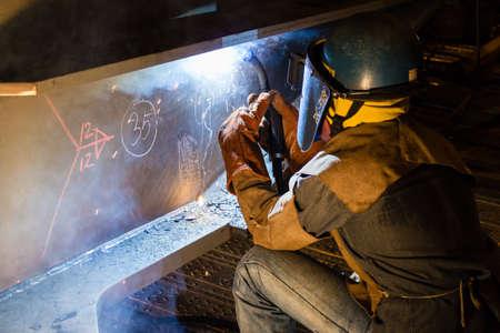 soldadura: Trabajadores trabajos de soldadura en la noche.