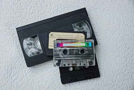 videocassette: viejos casetes retro sobre una superficie gris