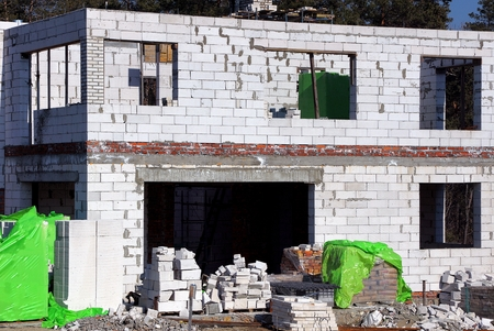 a large white unfinished brick house on the building site Banco de Imagens