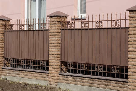 brown fence made of metal and bricks Banque d'images - 122267863