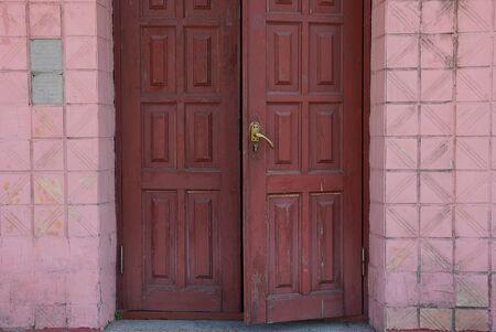mur en bois brun rouge