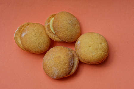 food from four brown round cakes lie on a pink background Stockfoto