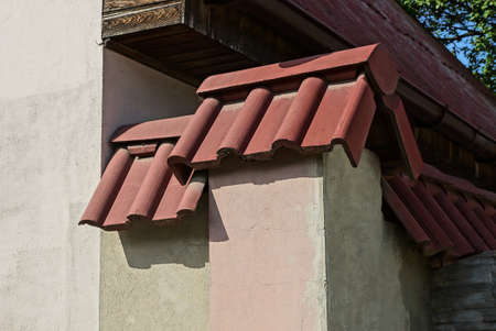 gray concrete corner of house wall under red tiles on the street Stockfoto