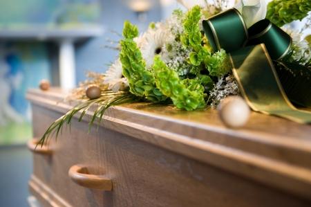遺体安置所でフラワー アレンジと棺 写真素材