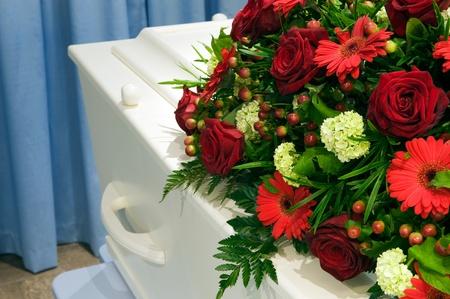 trumna: BiaÅ'y coffin w mortuarium z ikiebana Zdjęcie Seryjne