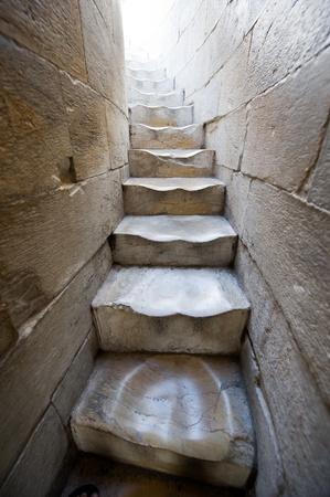 ぶら下げ、ピサの斜塔で古い大理石のらせん階段