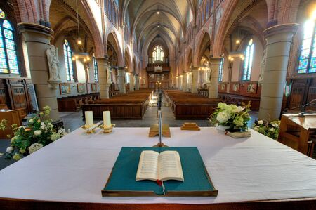 HDR foto van een interieur van een katholieke kerk in Nederland Redactioneel