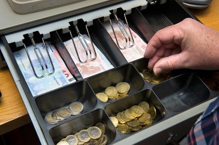 Bargeld in der Schublade zu einem paydesk in einem Geschäft Standard-Bild