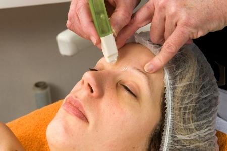 waxed: El cabello de una mujer s entre sus cejas se est� encerado Foto de archivo