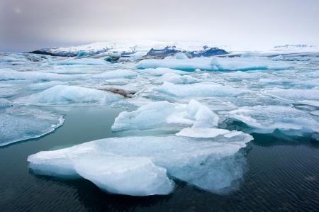 冬のアイスランドの手配ラグーンに浮かぶ青い氷山