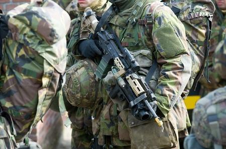 batallón: Un soldado que sostiene un arma automática durante una conferencia de las fuerzas especiales holandesas Foto de archivo