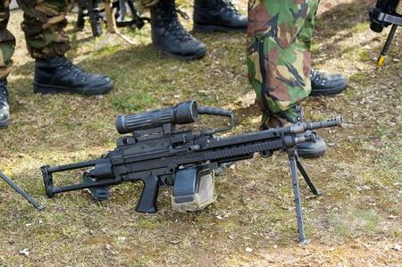 batallón: Arma automática de pie en el suelo durante una sesión informativa de las fuerzas especiales