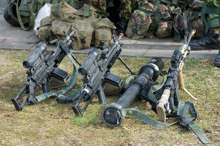 batallón: Armas automáticas de pie en el suelo durante una sesión informativa de las fuerzas especiales