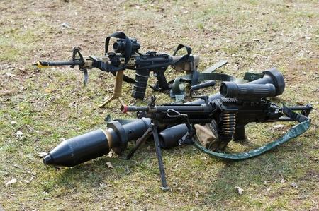 batallón: Las armas automáticas y una posición bazooka en el suelo durante una sesión informativa de las fuerzas especiales