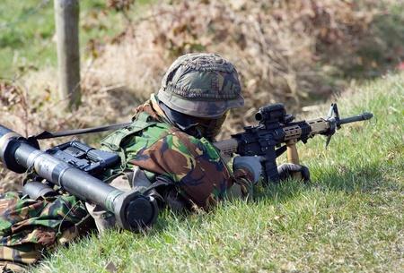 batallón: Un soldado en el suelo durante un entrenamiento