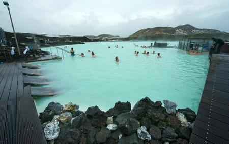 personas banandose: Reykjavik, Islandia - 08 de marzo 2013: La gente se baña en el Blue Lagoon, un baño de recurso geotérmica en el sur de Islandia, una visita obligada por los turistas. El agua proviene de una central eléctrica cercana. Editorial